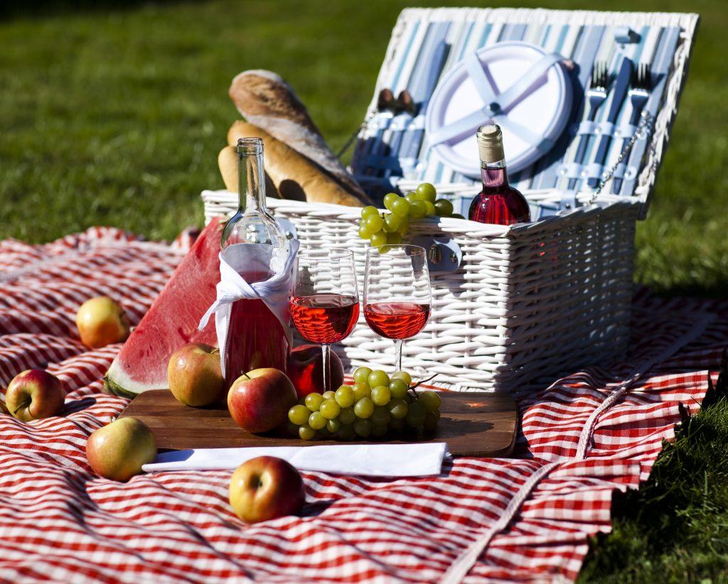 Picknickkorb mit Weingläsern